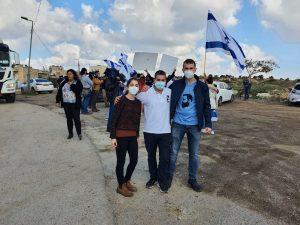 """פעילי 'אם תרצו' הגיעו לגבעת המטוס במהלך סיור של אנשי האיחוד האירופי. """"ישראל היא מזמן לא קולוניה אלא מדינה עצמאית""""., הכר את העוכר"""